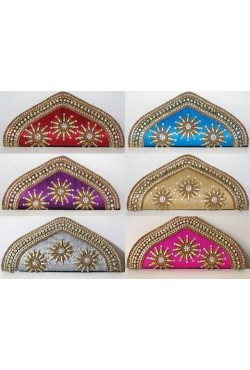 Pochette de soirée forme en triangle en soie brute brodé de perles et swarovski
