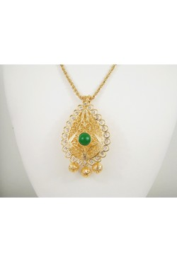 Collier sautoir et pendentif travaillé en plaqué or orné de pierres bijoux orientaux
