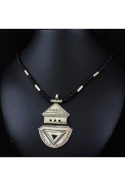 bijoux Niger touareg avec une dent de requin