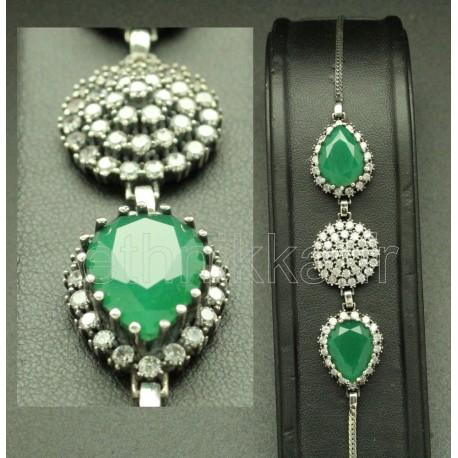 Bracelet orné de pierres semi précieuses vert émeraude