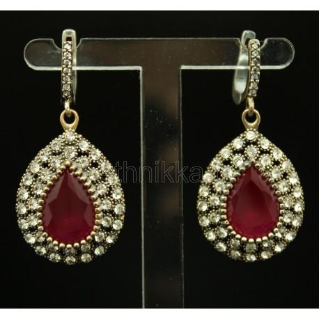Boucles d'oreille ornée d'une pierre rouge