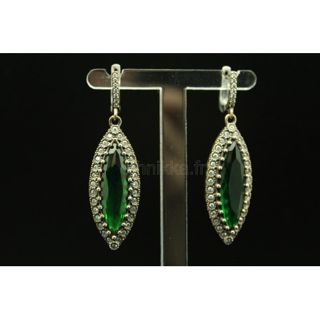 Boucles d'oreille ornée d'une pierre verte et de petites pierres semi-précieuses