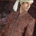 Tenue indienne de marié bordeaux brodé et incrusté de pierres